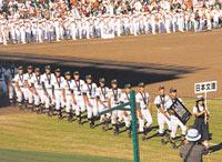 準優勝盾を持って堂々と球場を行進する日本文理の選手たち